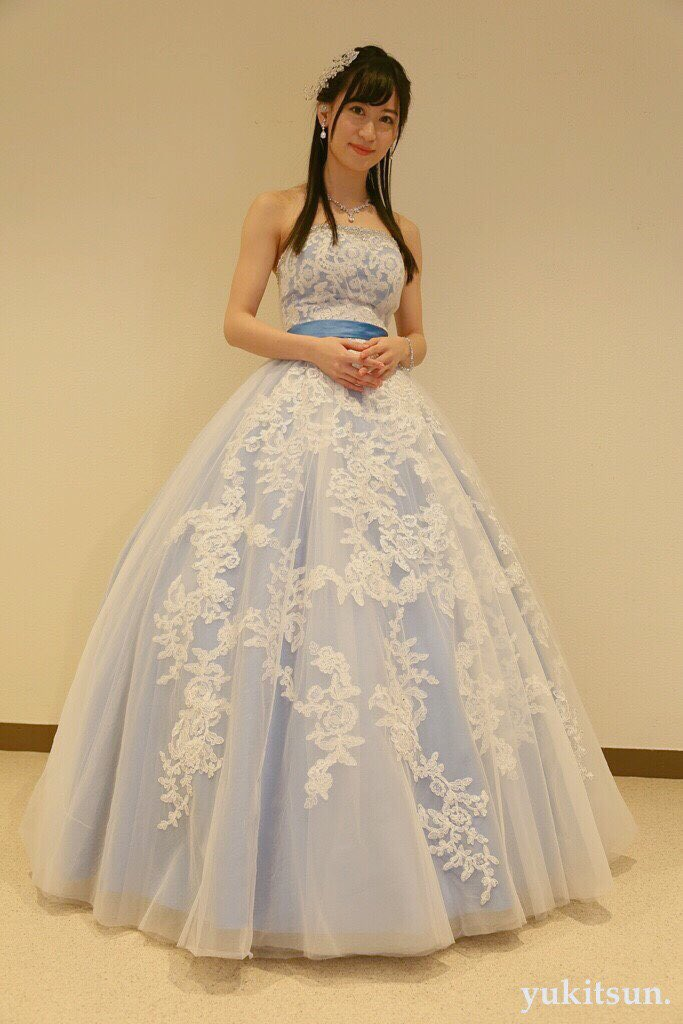 ブルーホワイトドレスの上西恵