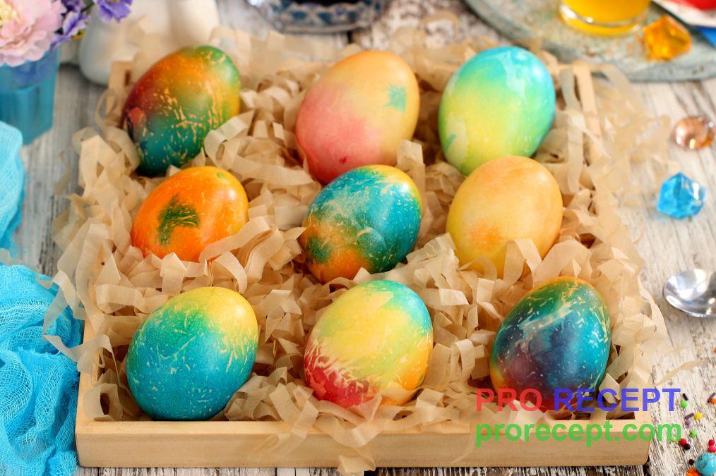 Покраска яиц черникой