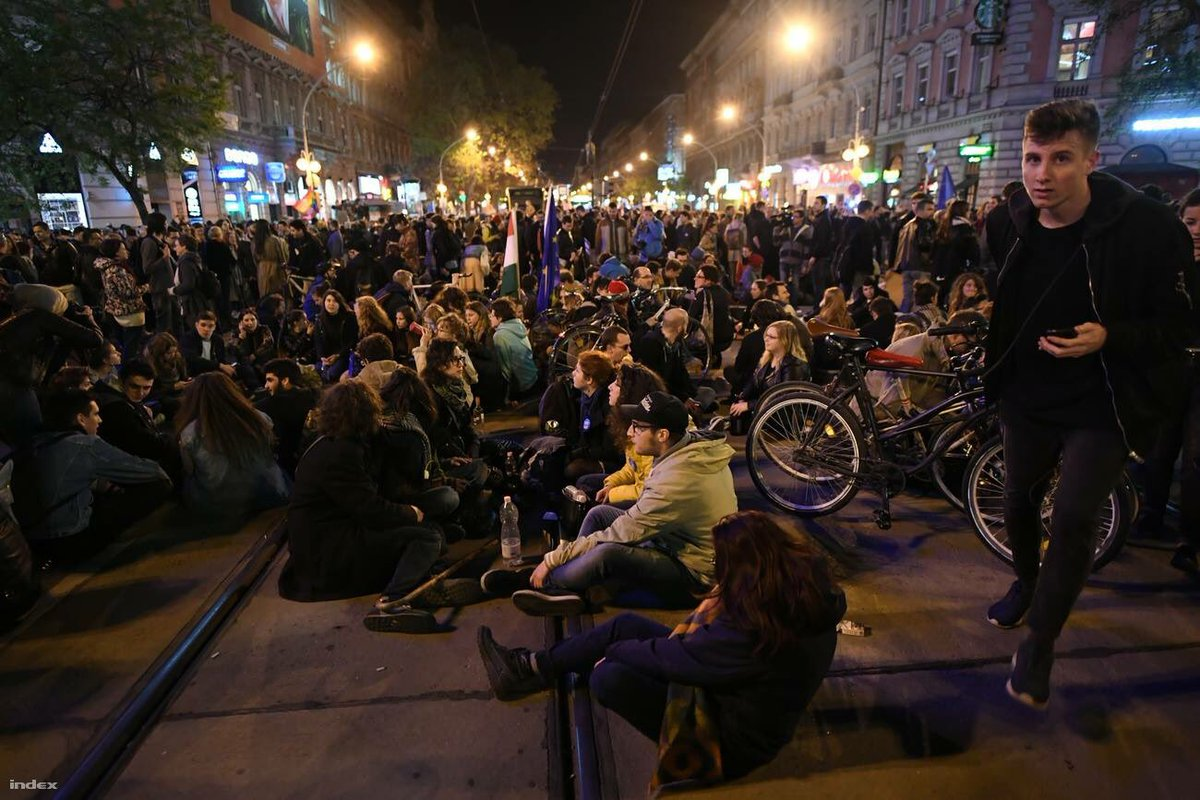 Young anti-Orbán protesters walked up and down in the city but now they settle down in the middle of Oktogon square. Pic by @indexhu