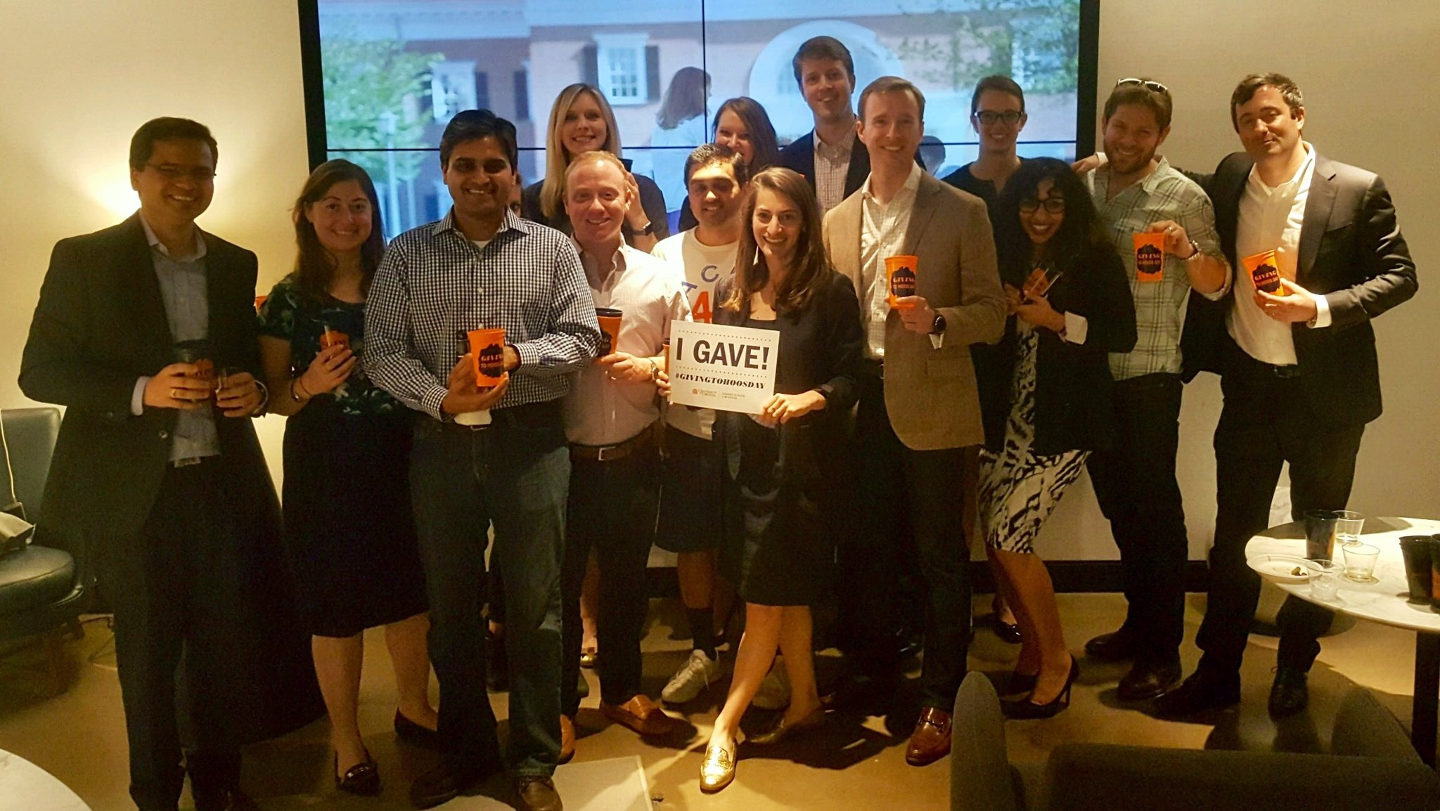 And the #GivingToHoosDay fun continues! Darden 2011 alums gathered in NYC for a night of camaraderie hosted by Reg Jones and Liz Brower! https://t.co/RGGp2cKVgK