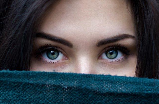 Cernes, poches, cils clairsemés… comment prendre soin de ton regard?