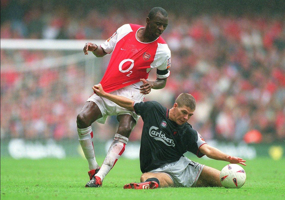 Vieira del Arsenal contra Gerard del Livepool en la Community Shield del 2002.