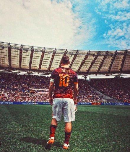 Quand Francesco Totti a inscrit son premier but avec l'AS Rome :  Cristiano Ronaldo avait 7 ans Messi avait 4 ans Neymar avait 1 mois  👑 🇮🇹