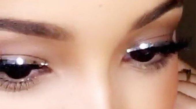On s'offre un regard futuriste avec un eyeliner chromé