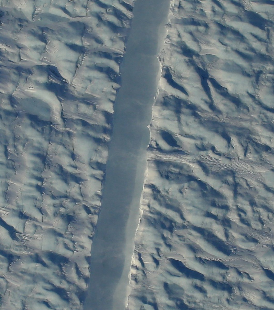 From today's #IceBridge flight: A closeup shot of the new rift on Petermann Glacier's ice shelf, NW Greenland. https://t.co/mb0hYO8Zlm