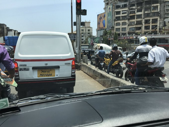 At Juhu circle... I thought only Amdavadis had scant respect for traffic rules #MumbaiTraffic @MumbaiPolice @mtptraffic https://t.co/avieLIycuL