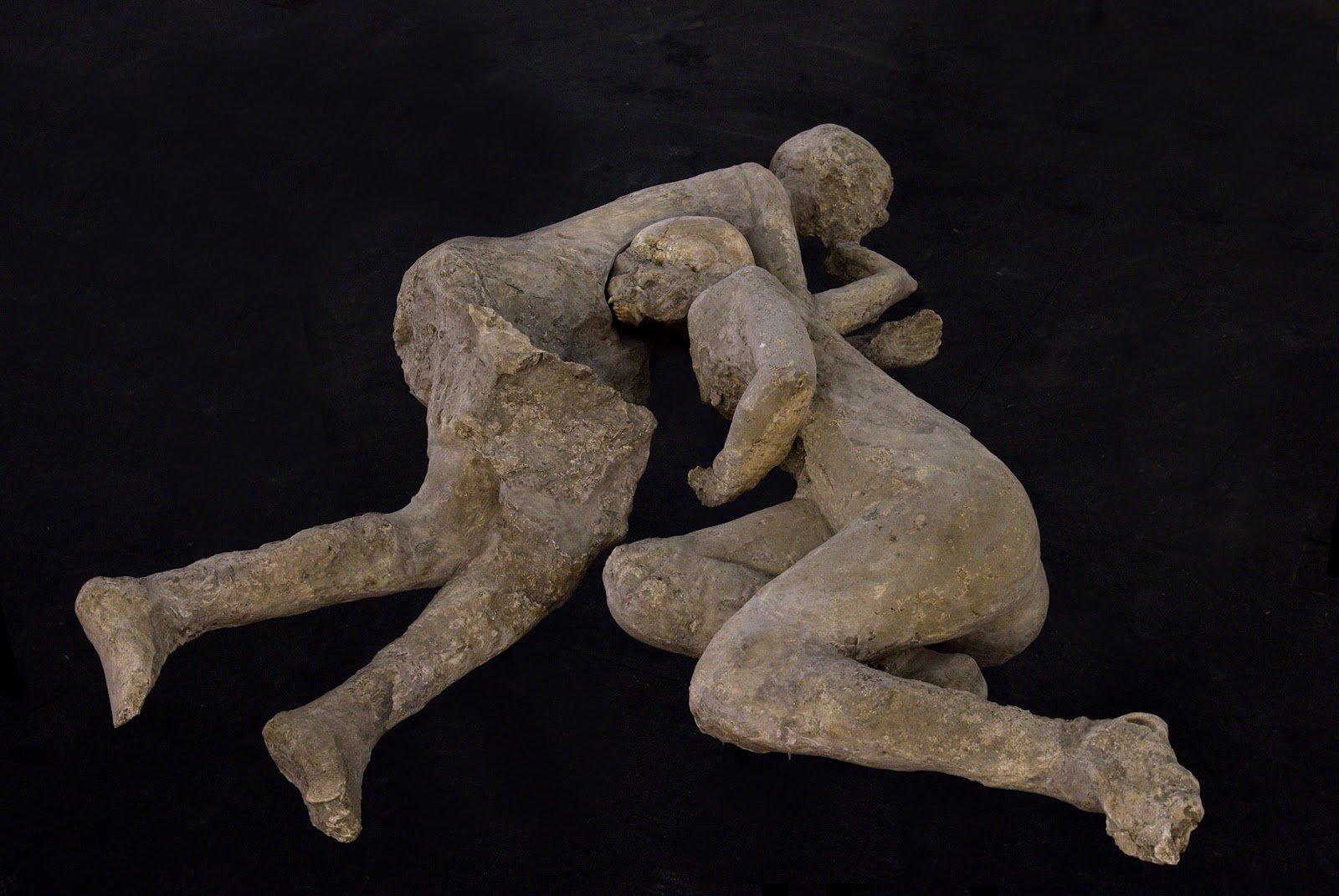 """ゆきまさかずよし on Twitter: """"ヴェスヴィオ噴火で被災したポンペイ市民の遺体のなかでも有名な2体、抱擁し ..."""