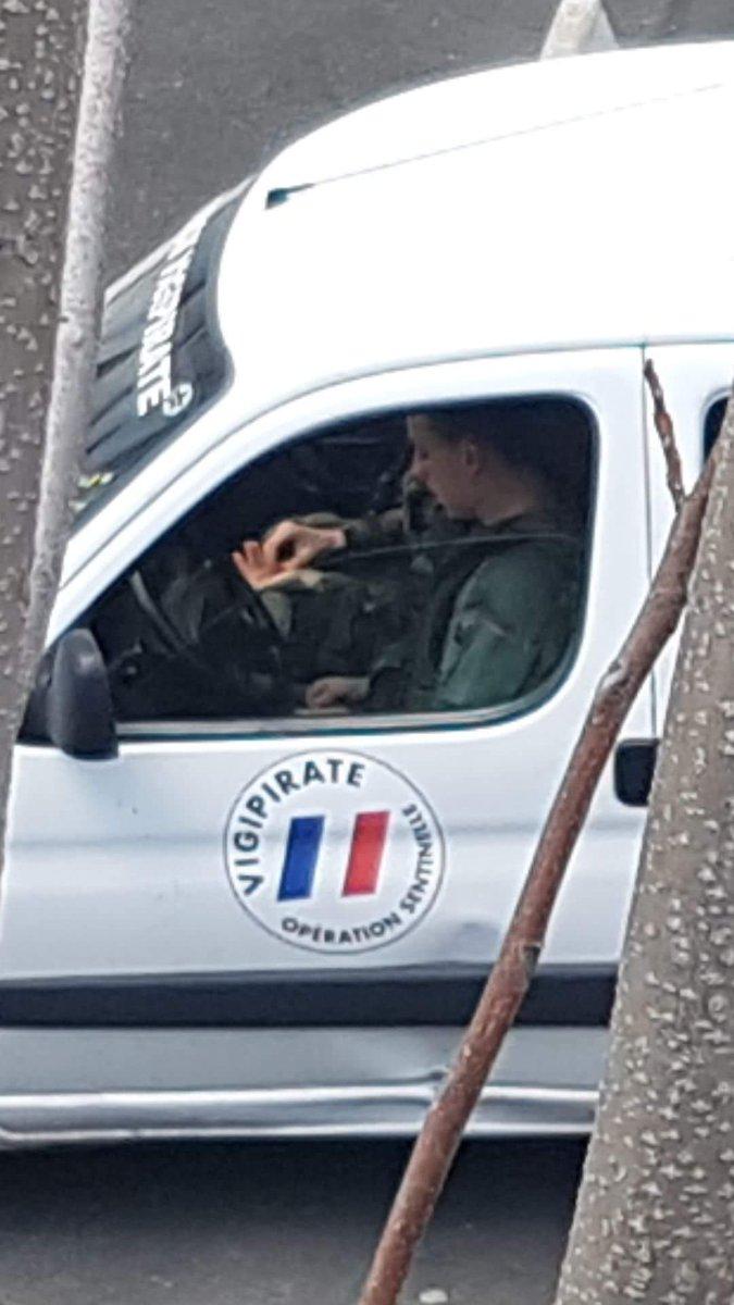 #Oups #sentinelle #vigipirate #bobmarley sur la place<br>http://pic.twitter.com/wlFztvvY7W