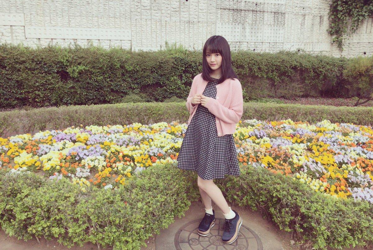 お花畑にたつ尾崎由香