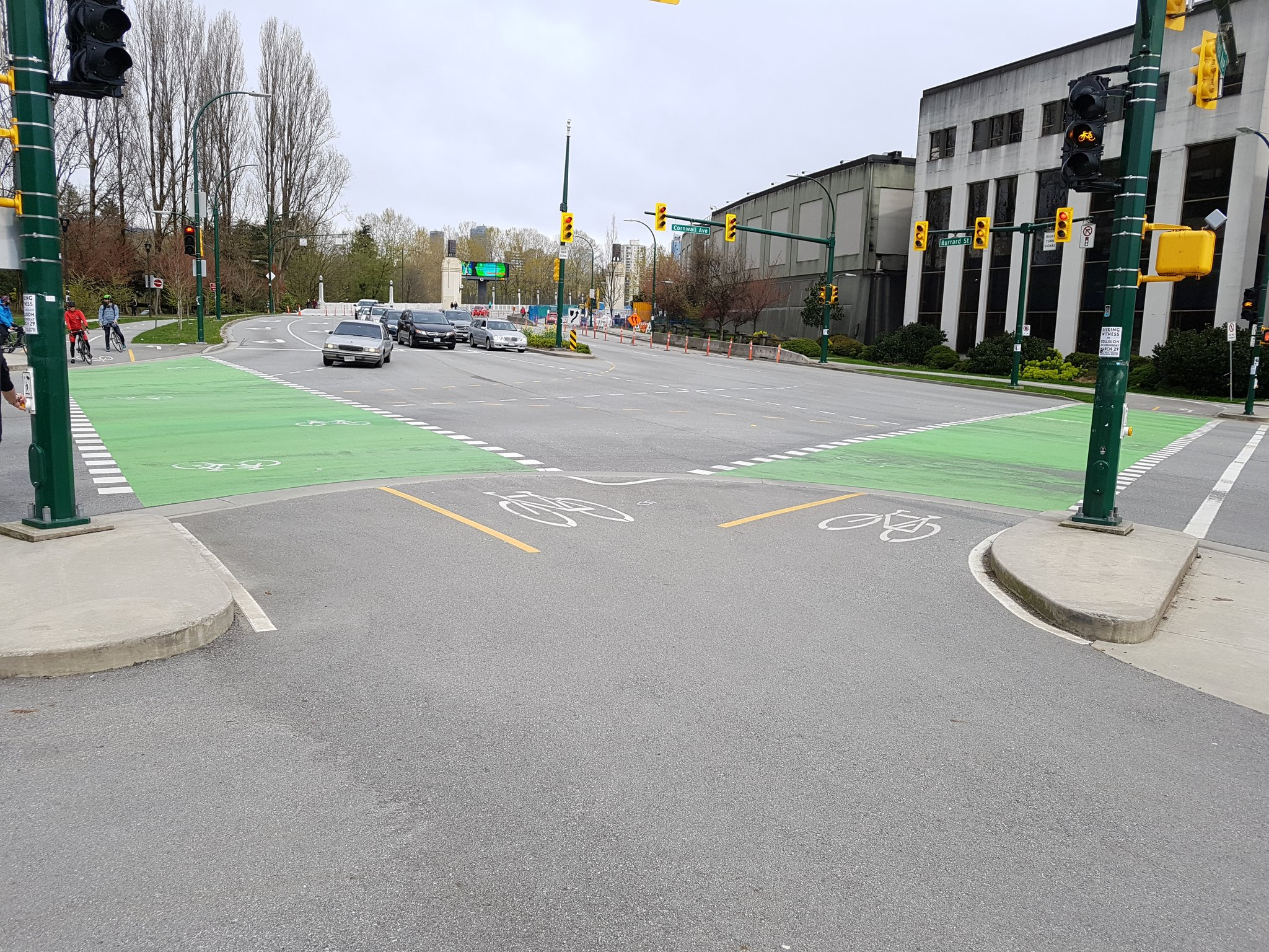 Ar south end, one of the only fully-protected intersections in North America, allowing even left-turns wo interacting with cars #yyjbike https://t.co/izobbasVvh