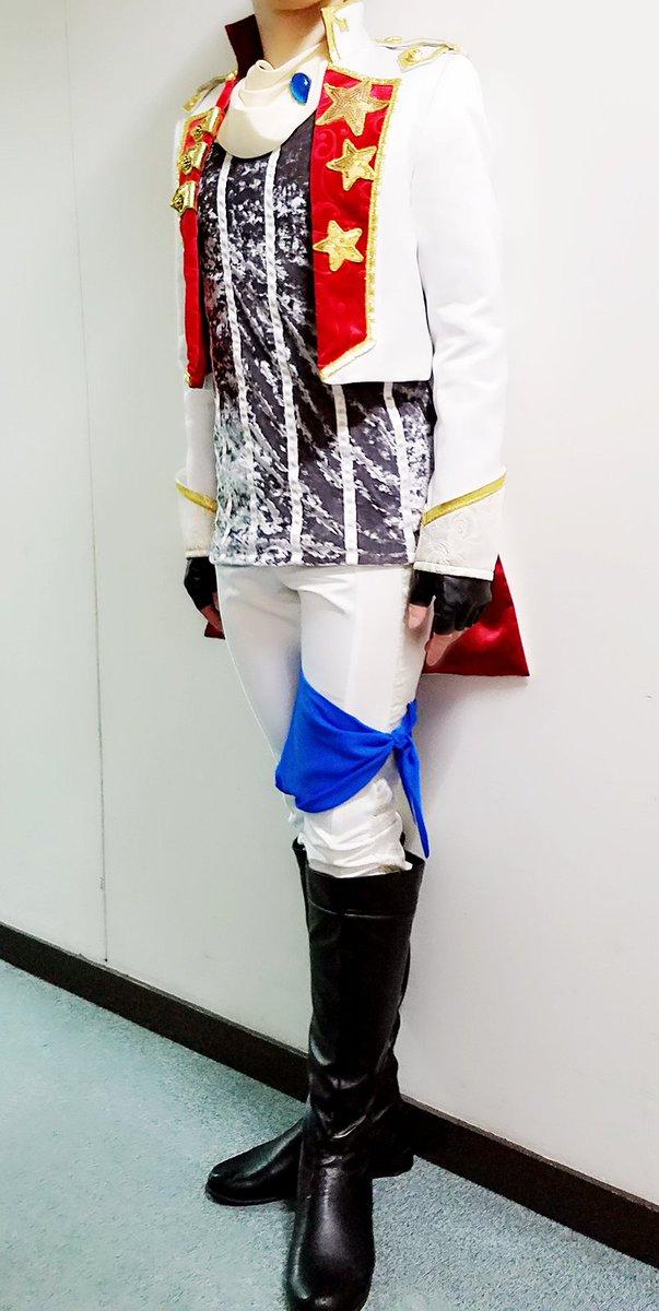 まず、去年のAJに展示されてたアニメと同じ星瞬衣装にどきどきして、次に大阪で展示されてるのを間近で見て、着てみたいなってずっと思ってた星瞬衣装を、こうやって舞台という場で海斗として着て踊れた事は本当に良い思い出になりました。 もうこの袖に手を通す機会がないのはさみしいね。