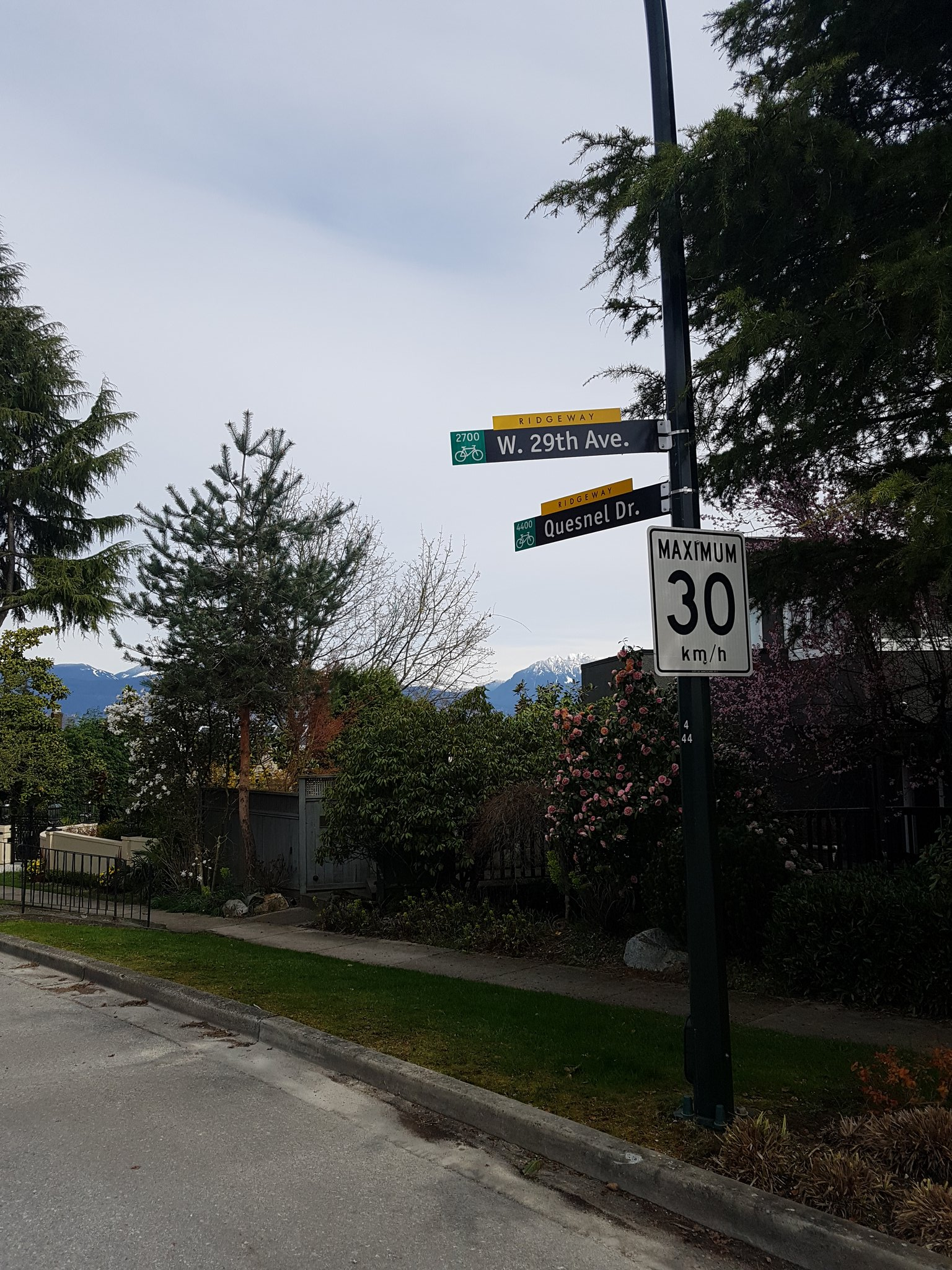 Vancouver has a great wayfinding system built right into the street signs #yyjbike https://t.co/uXrvzmuxwo