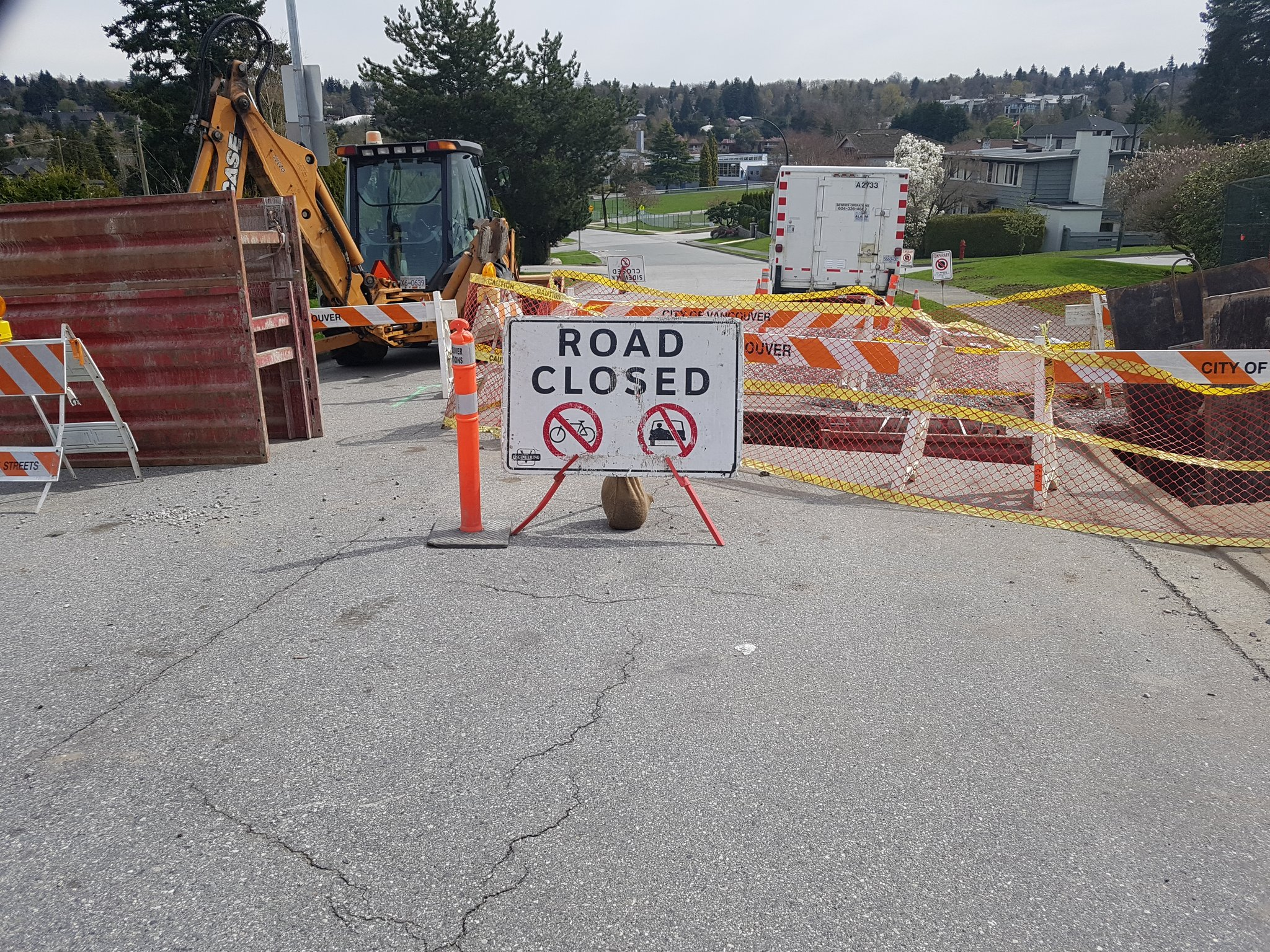 Even their road closed signs acknowledge that bikes are users of the roads too #yyjbike https://t.co/Yr49JR76sW