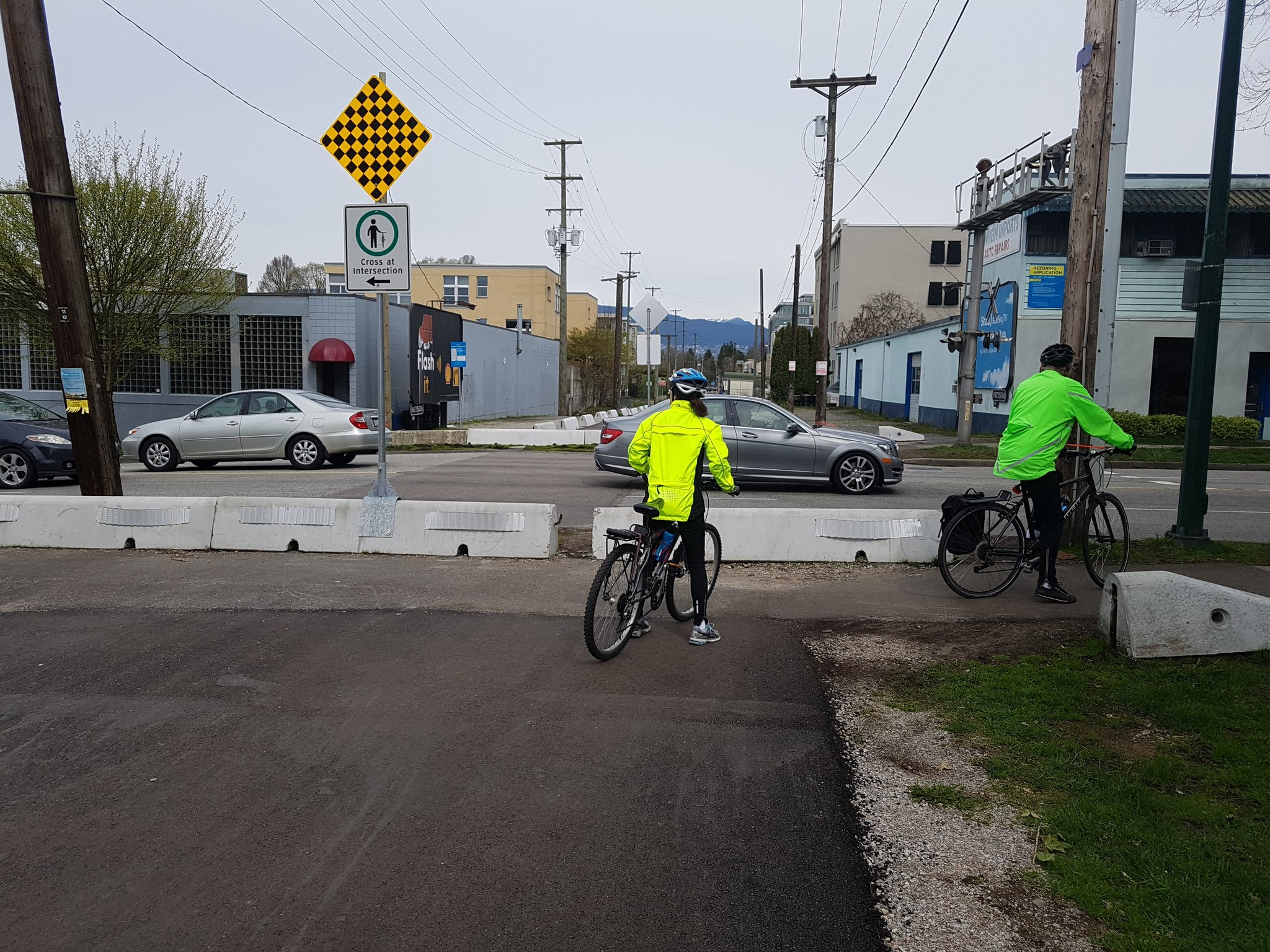 Along with mostly-ignored dismount signs #yyjbike https://t.co/nbLmRbLncw