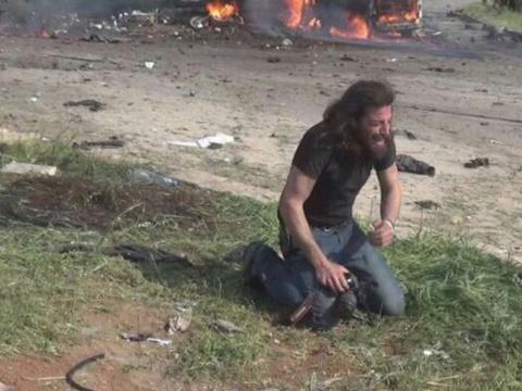 Ce photographe en pleurs après l'attaque en Syrie bouleverse la toile https://t.co/JDxsSy7w8B
