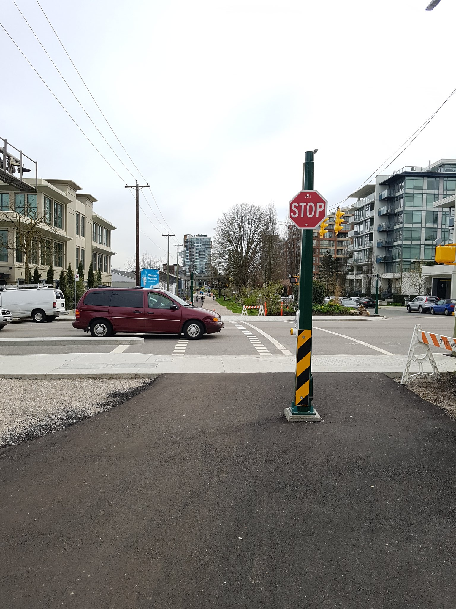 And some completely new crossings of major roads (this is Burrard). Some drivers clearly are still adjusting #yyjbike https://t.co/Knc9LlsaMF