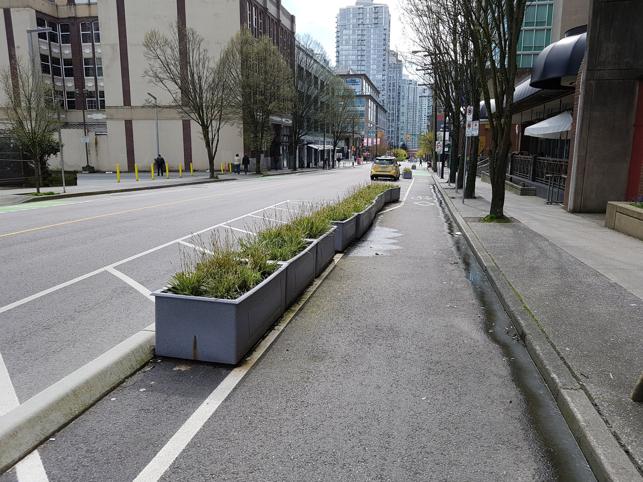 One of the newest protected bike lanes downtown on Beatty St. Were built quickly & cheaply for Mobi launch #yyjbike https://t.co/MvEBtk5l5D
