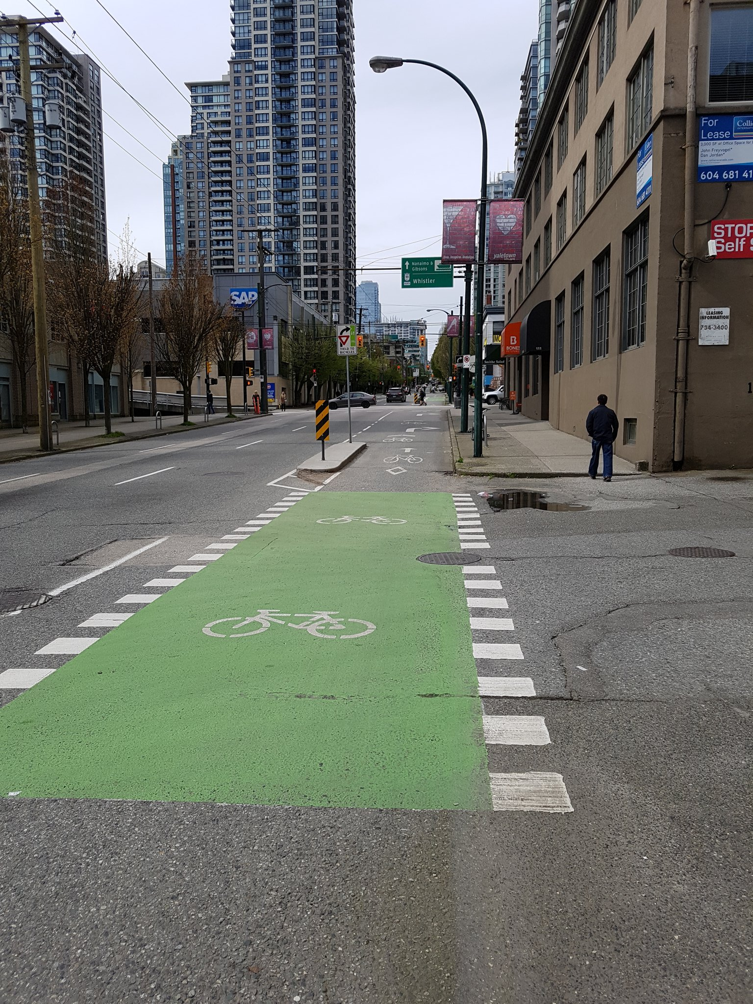 Another new bike lane, Smithe St. Note the mixing zones. Vancouver doesn't consider these AAA because of them #yyjbike https://t.co/9PNE893Mop