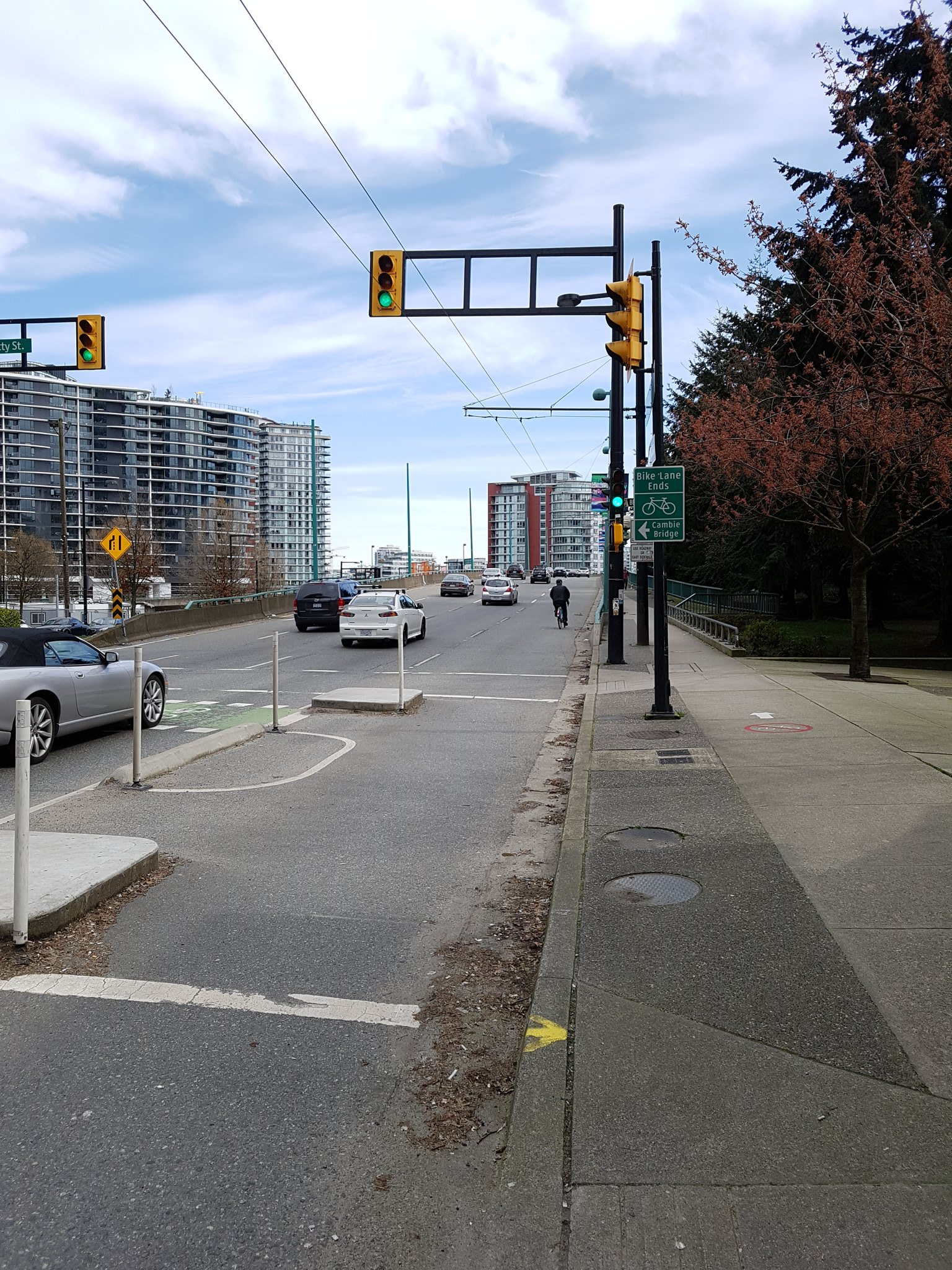Sometimes quick & cheap means compromise - end of new lane on Nelson St funnels people onto Granville Bridge into shared lane #yyjbike https://t.co/4eAWXOxXB5
