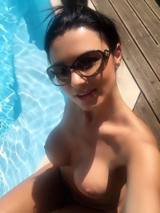 Bonne journée mes followers 🌷☀️💦😎🙋🏻 #mondaymotivation #sunshine #Sunglasses #swimmingpool #chill https://t