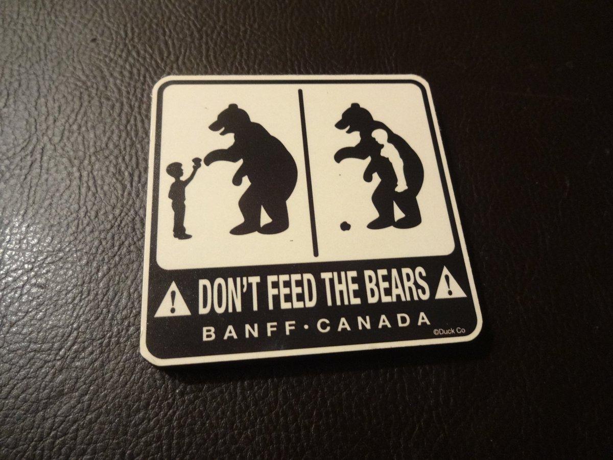 カナダのお土産は、国旗や国名が執拗に連呼されてる愛国心しかないグッズか、もしくはカナダ人がひたすら熊に喰われ続けるグッズという2択しかないと言っても過言ではない。過言な気がする。 ていうかその2択は何なんだ。