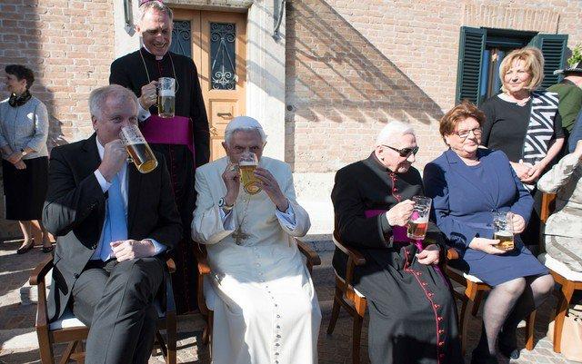 Bento XVI comemora 90 anos bebendo cerveja com convidados no Vaticano https://t.co/xeV0GE3H7c #G1
