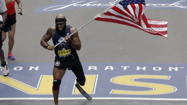 Marine who lost leg in Afghanistan runs #BostonMarathon with American flag https://t.co/v9YDpaVhsA