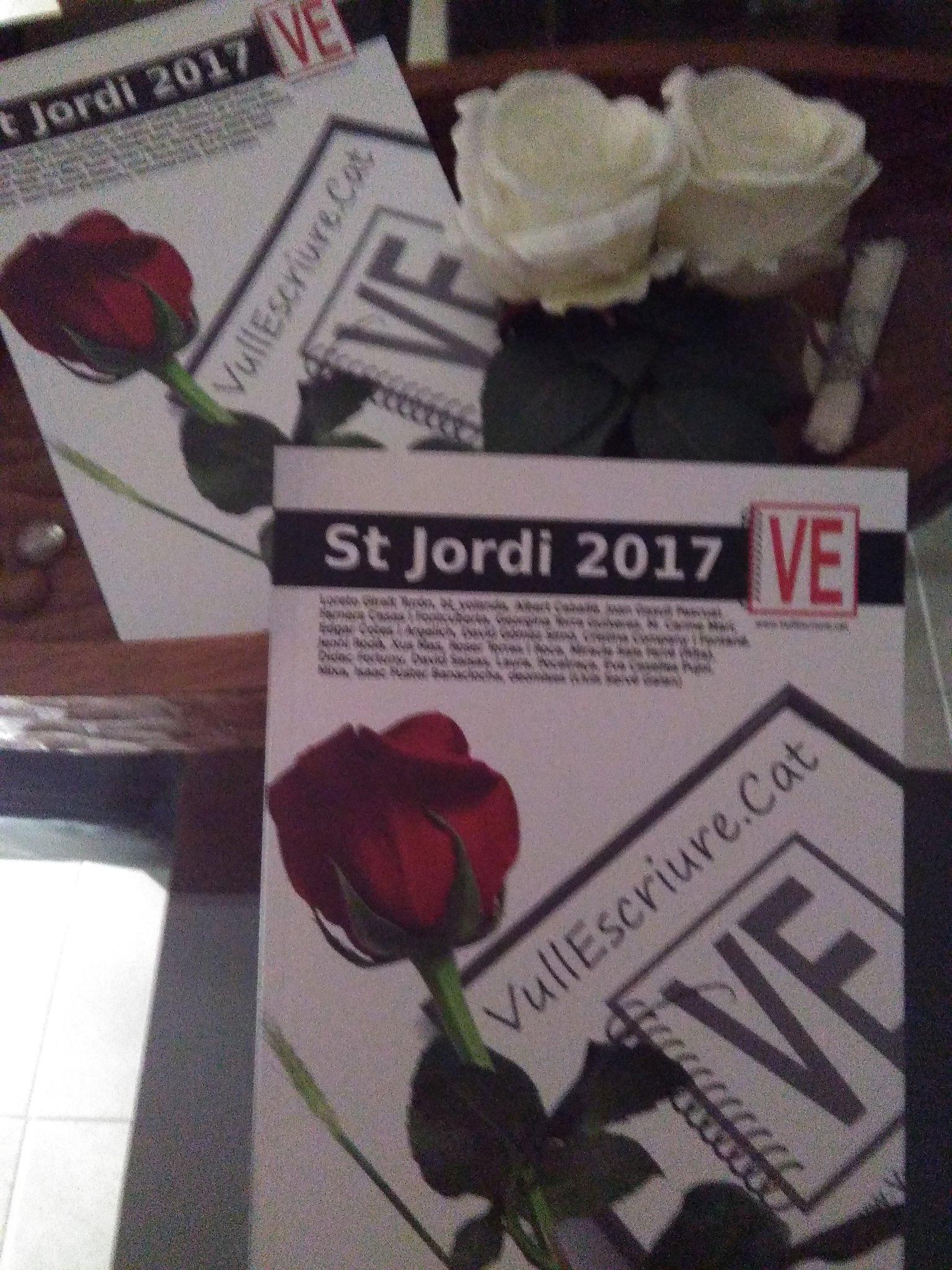 Quina alegria tenir un St.Jordi avançat... Amics, gràcies a @VullEscriure  @TereSM_ @bt_yolanda @EdgarCA97 @Mixa_QL @XusMas @deomises https://t.co/lb7v5JHuuY