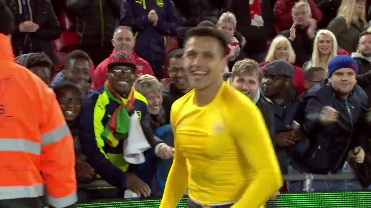 Este joven Gunner probablemente nunca olvide su regalo de Pascuas...  Gran gesto, @Alexis_Sanchez 👏 https://t.co/CZBUX3KRx5