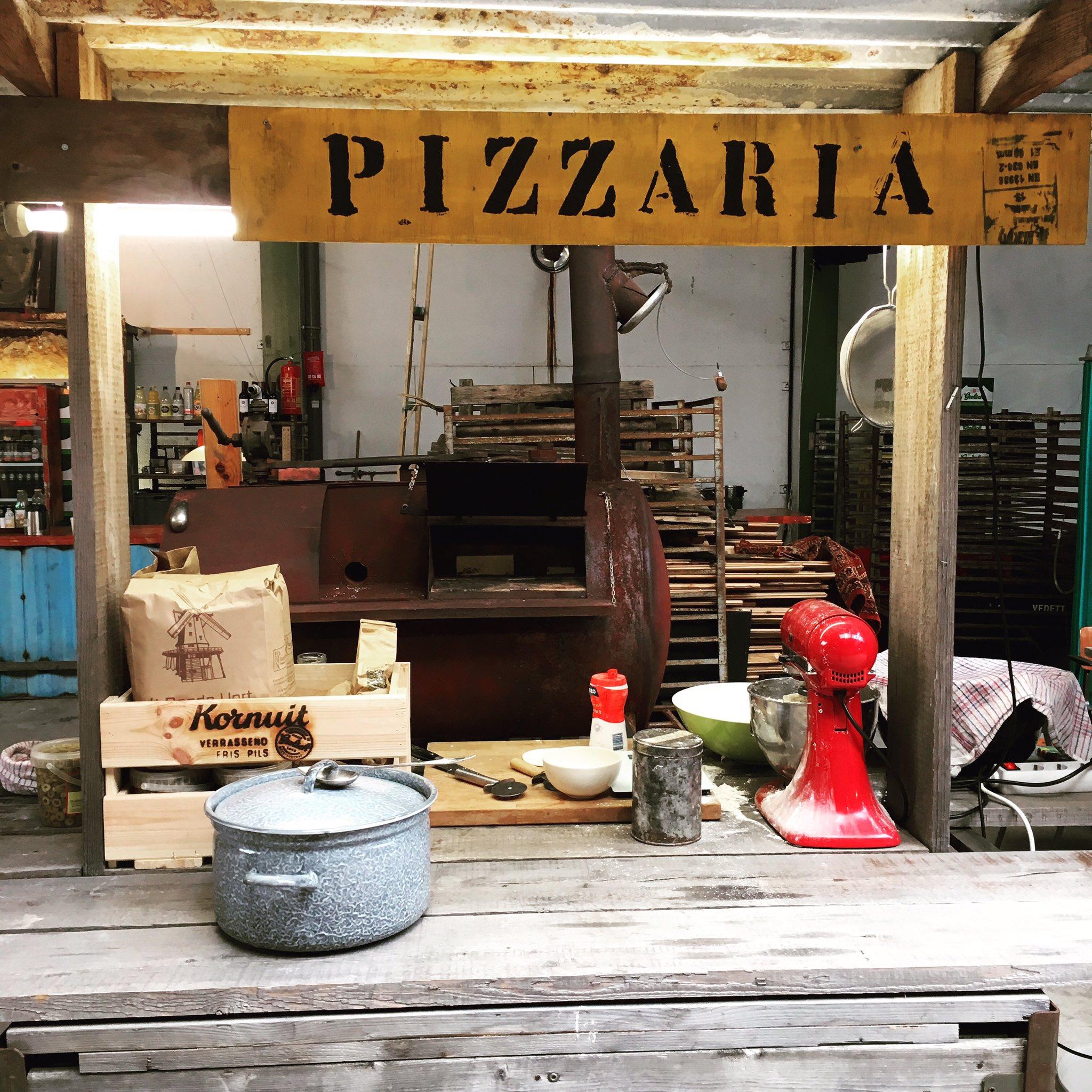 Community coach van een sociaal intranet bij SpiritJeugdhulp en toevallig ook Pizzabakker ;) #PizzaOrgs https://t.co/CfZNsTTaHY