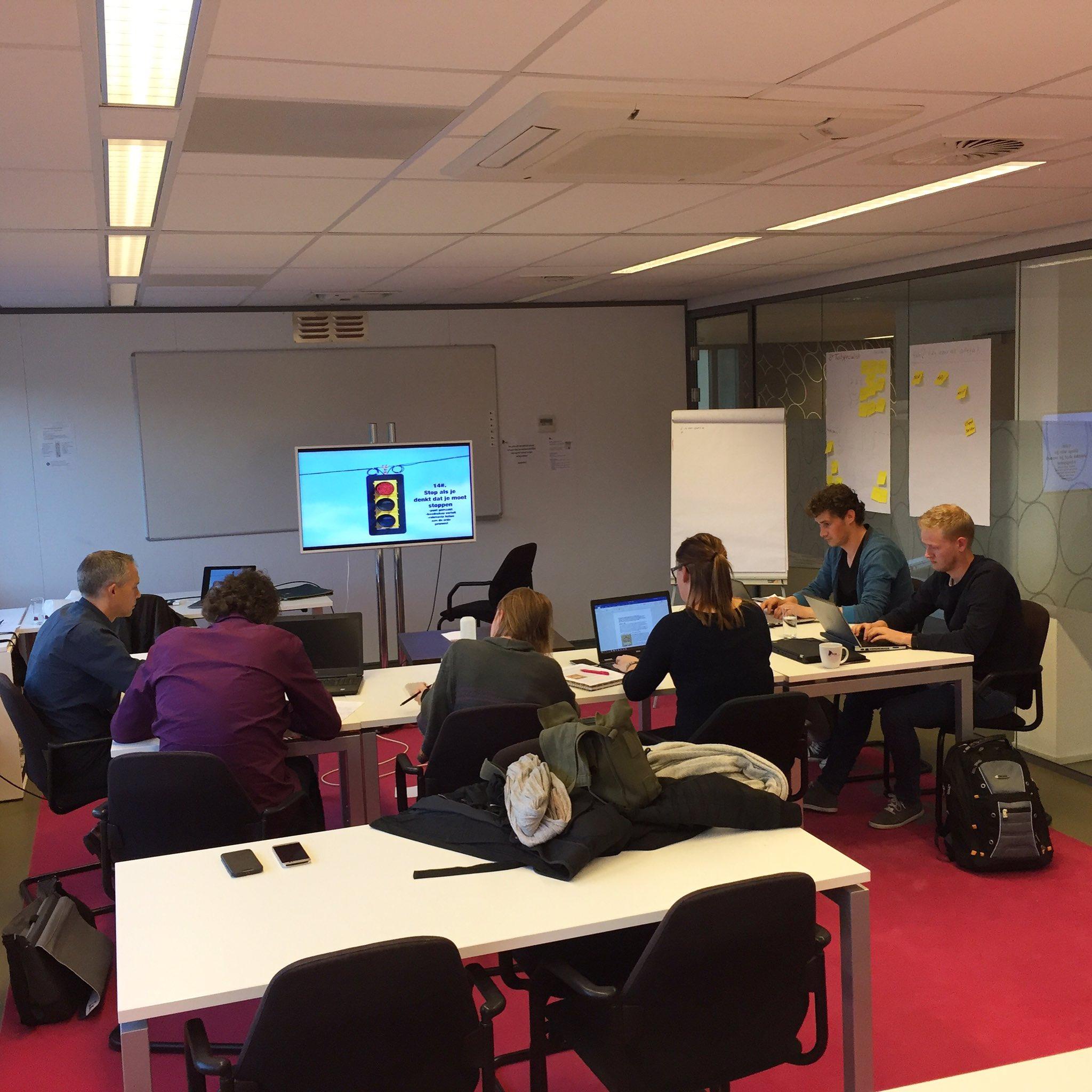 Workshop Creative writing. Cursisten at work. Stoplicht staat op rood. https://t.co/Sv8h0qa4xa