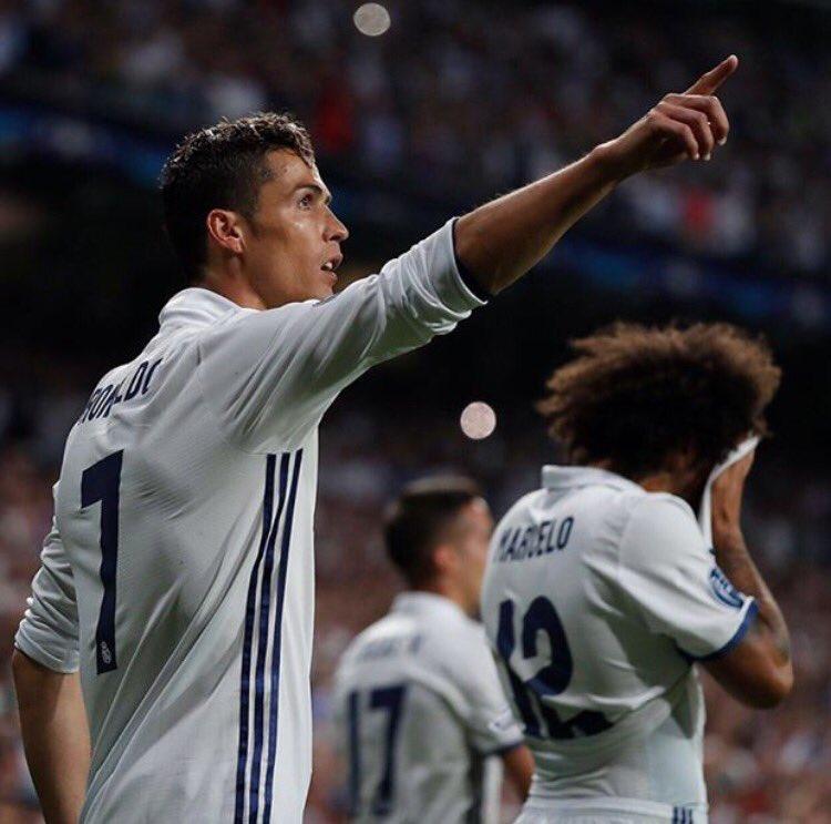 إحتفال لاعبي ريال مدريد برونالدو في غرفة الملابس