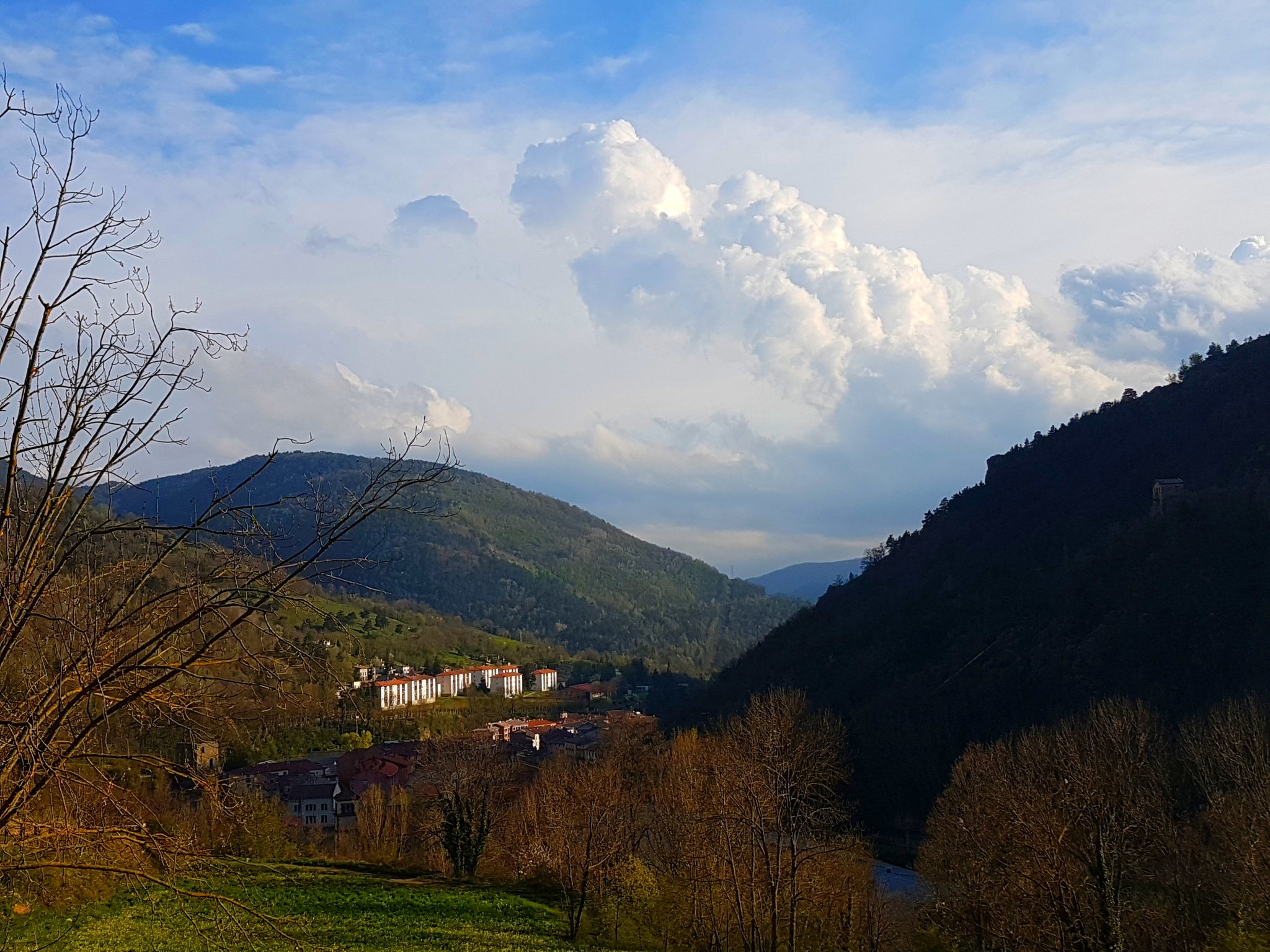 Now this is a view. We are in Ribes de Freser #InCostaBrava. Up #InPyrenees. Surrounded by cows and mountains. Feeling above it all. #Travel https://t.co/sDDaZQcmI9