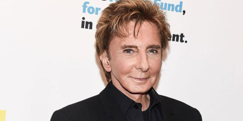 Barry Manilow makes first concert appearance since publicly coming out...