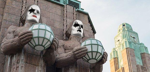 ヘルシンキ中央駅のシンボルの4体の巨人像に、KISSのフェイスペインティングをしよう!というイベント…