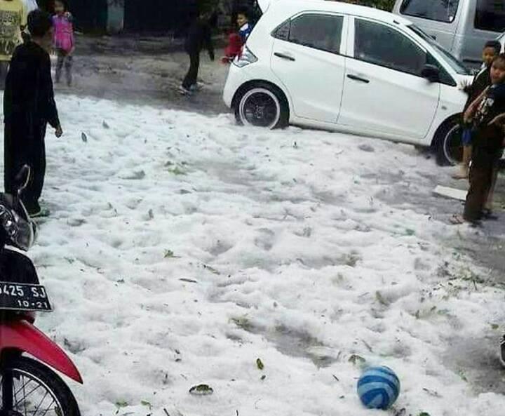 バンドウンに雹が?娘から「Hujan es batuだよ。」と写真が。 https://t.co/j3ztjyTp4x