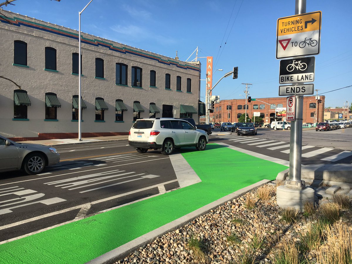 Check out the latest bike box in town, freshly painted at 20th & Southwest Boulevard! (Also, it's not for cars!) https://t.co/hhPQzsfqoq