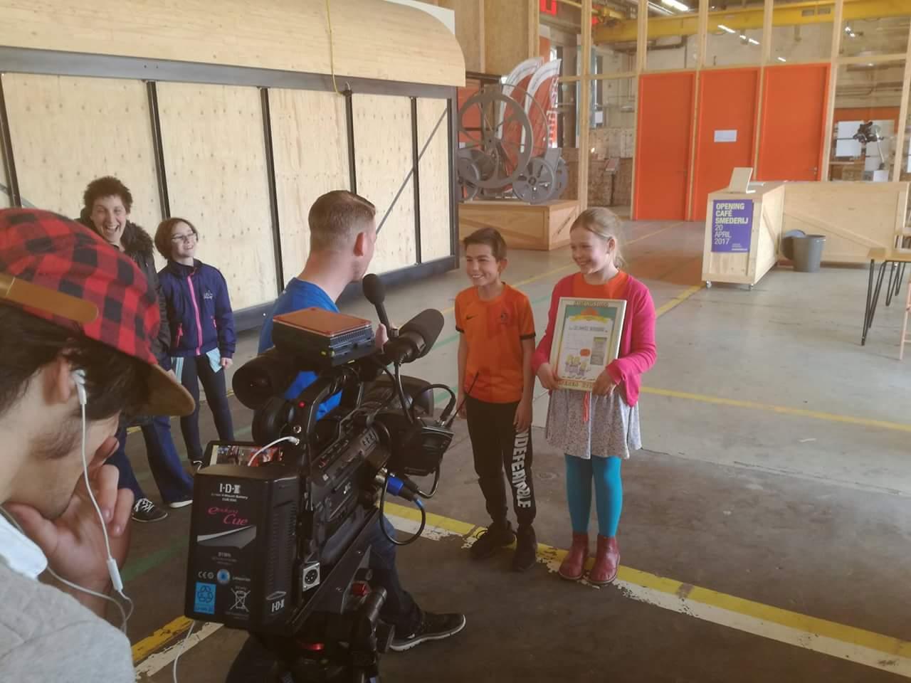Lies&Dim voor de camera van @OmroepTilburg na het inzingen van t koningsdaglied voor @KoningsdagT @ontdekstation. #stickerboek013 #groep6 https://t.co/73JIQX9O64