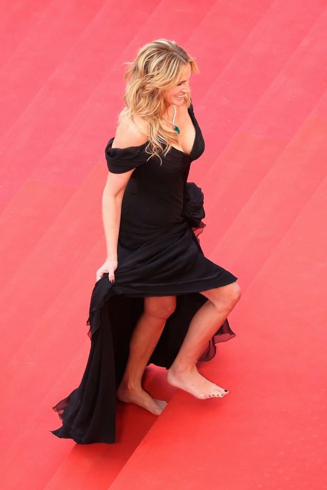 Who can forget #JuliaRoberts barefoot on #RedCarpet @Festival_Cannes 2016?#Cannes #Cannes2017 #CannesFilmFestival #CotedAzurNow #Cotedazur<br>http://pic.twitter.com/dfqRta2Rh2