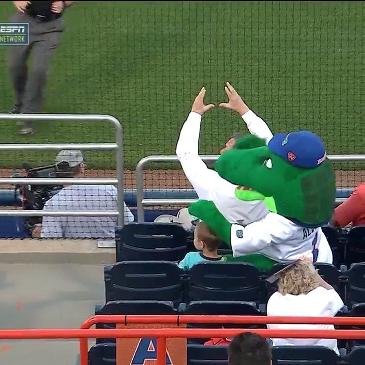 Best video you'll see all day of a Florida Gator mascot saving a little kid's life. https://t.co/TqY25OQvLH