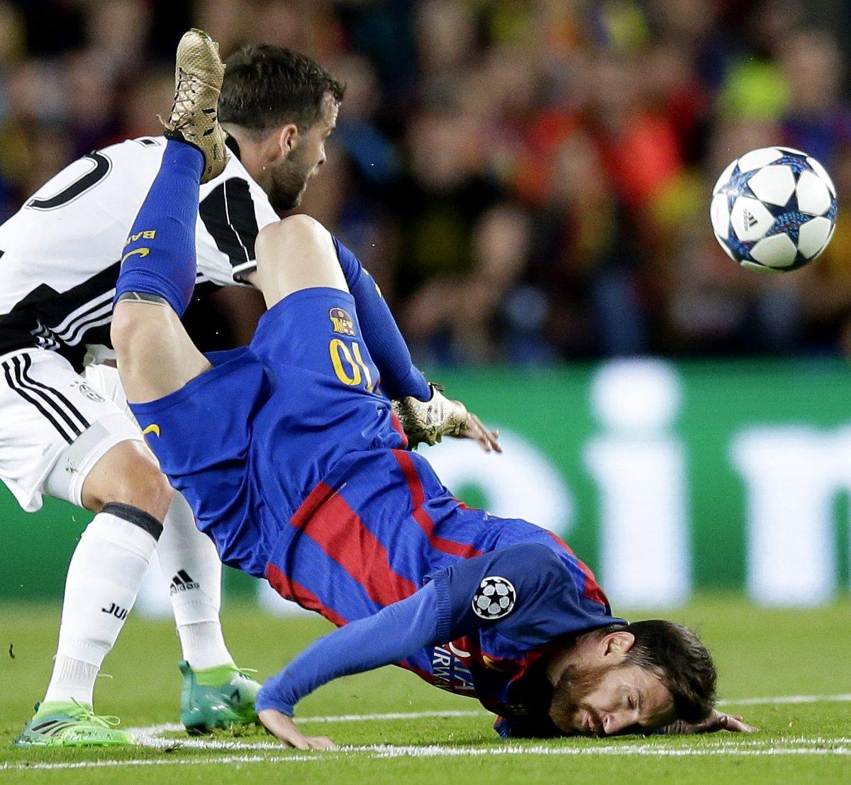 Wajah penyerang Barcelona Lionel Messi menghantam tanah setelah kalah berduel dengan gelandang Juventus, Miralem Pjanic, di Stadion Camp Nou, Kamis (20/4/2017).