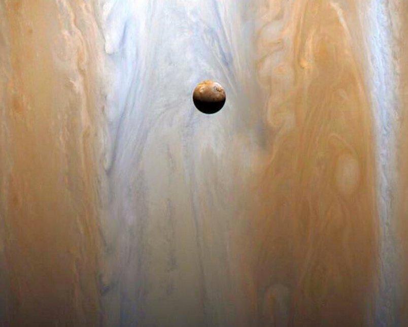 La sonde Cassini a capturé ce superbe cliché de la lune Io, devant #Jupiter.   Crédits : @NASA / JPL