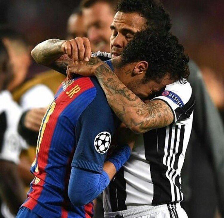 Amizade!! Companheirismo!! Foto linda de um momento de sentimentos contraditórios. Viva Dani Alves e Neymar Jr, ídolos da nossa Seleção!