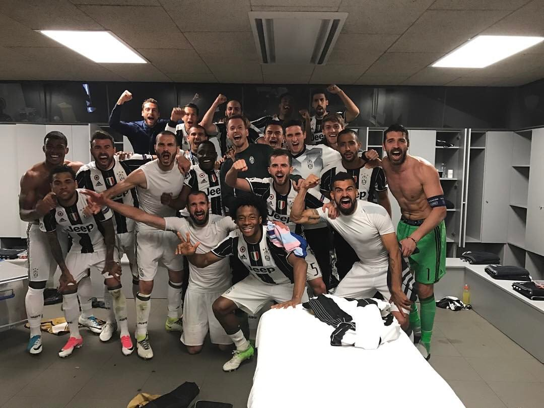 when you win with #Juve  but your heart belongs to  #Barca #DaniAlves #ChampionsLeague<br>http://pic.twitter.com/9IpvR6GUXt