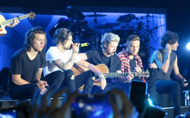 Assista ao último show do Zayn Malik com o One Direction http://t.co/7KocijM1OO