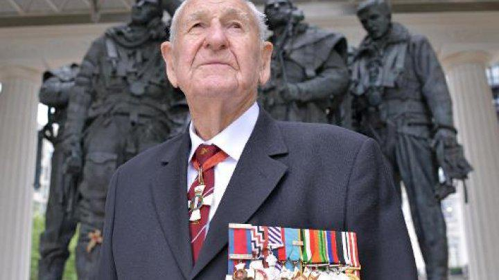 """@FRANCE24: Dambusters pilot halts medal sale after lord's donation http://t.co/CMSHnQkIhY http://t.co/XESTKb05ix"" well done @LordAshcroft"