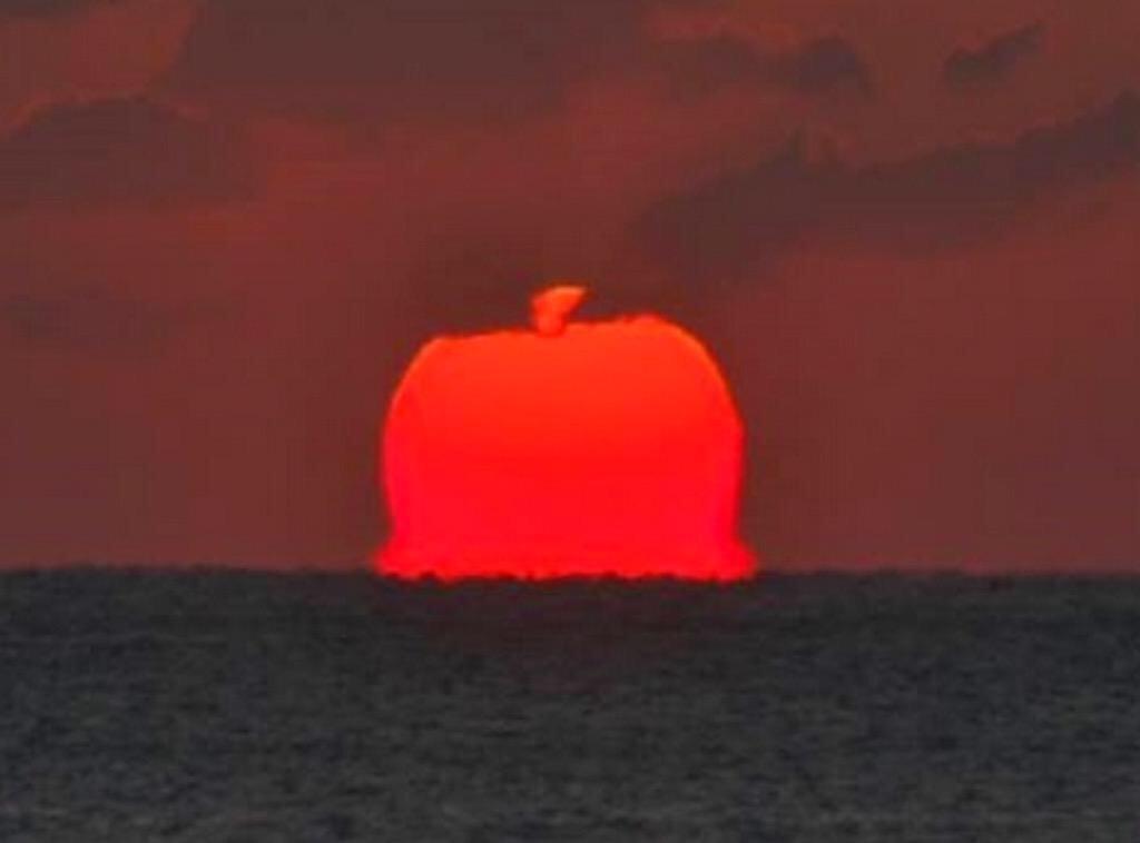 すんごいリンゴやね…/「真っ赤な巨大リンゴ」水平線から現る-志摩半島の海岸から観測/三重(みんなの経済新聞ネットワーク) - Yahoo!ニュース http://t.co/aCfKCl66RN http://t.co/mbUZR9jidu