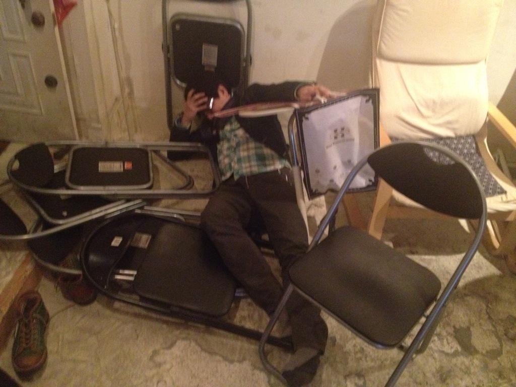 デジタルカフェ、本日臨時休業になります。ご迷惑おかけいたします。 画像は泥酔してピタゴラ装置の様な転け方をした、しましまんず 池山心兄さん。 http://t.co/g6bFVds2xx