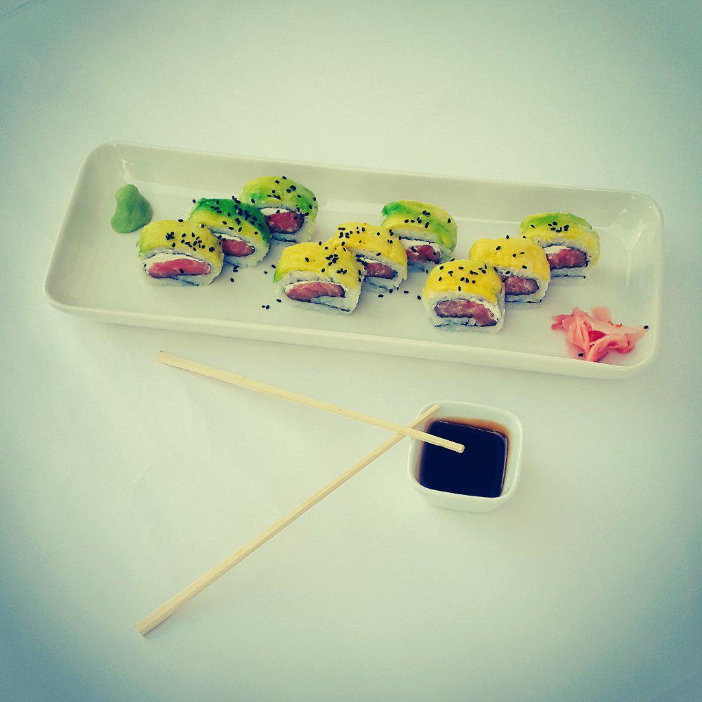 Hoy, que te parece un delicioso sushi relleno de salmón fresco y queso crema envuelto con aguacate #DejateTentar http://t.co/TLaO9hVUp7