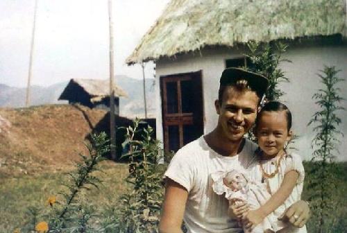 飞虎队员看中国: 这些老照片从美国人的角度记录了上个世纪四十年代中国社会的真实面貌,以及美国人与中国人并肩作战的经历,不仅具有较高的收藏、欣赏价值,也有很高的史料价值。 http://t.co/vQOdb4H5sk http://t.co/ICapsfKwyK